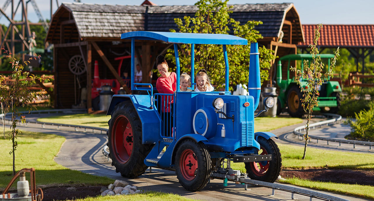 Photo of the tractor attraction at the Bondegardsland at Djurs Sommerland